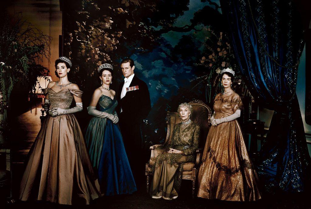"""Jak tak patrzę na to zdjęcie, to może jednak chciałabym być królową... fot. Julian Broad, aktorzy """"The Crown"""" Netflixu w sesji dla Vanity Fair"""
